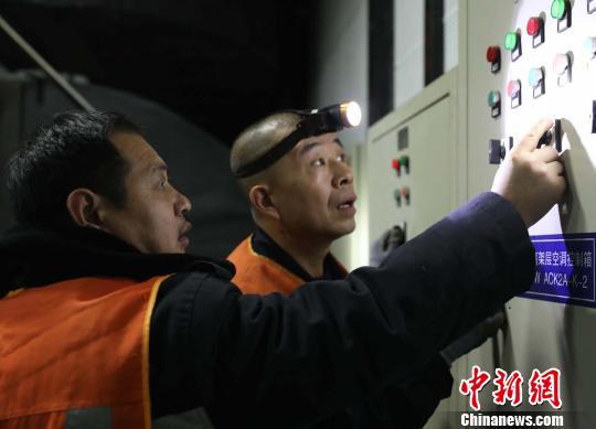 定期调整空调运行机组。 任晓江摄