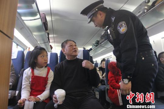 乘警与旅客交谈。 史超摄