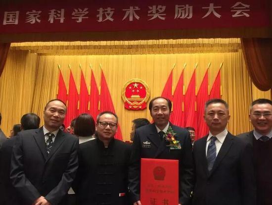 (张卫东教授(中)、周俊杰总裁(右2)在奖励大会现场。)