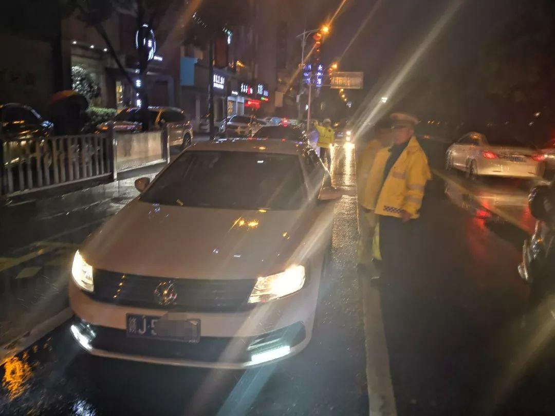 """萍乡一""""任性""""司机酒驾 睡在路口红绿灯处"""
