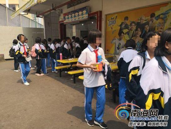 海口琼山华侨中学学生在排队买油炸食品、方便面。
