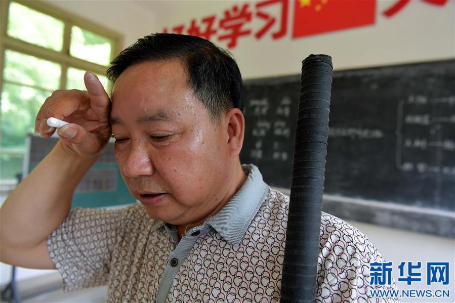 乡村教师高自仁:60多根拐杖,撑起42年教学路