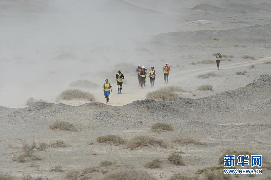 (体育)(2)戈壁挑战赛:大风中前行