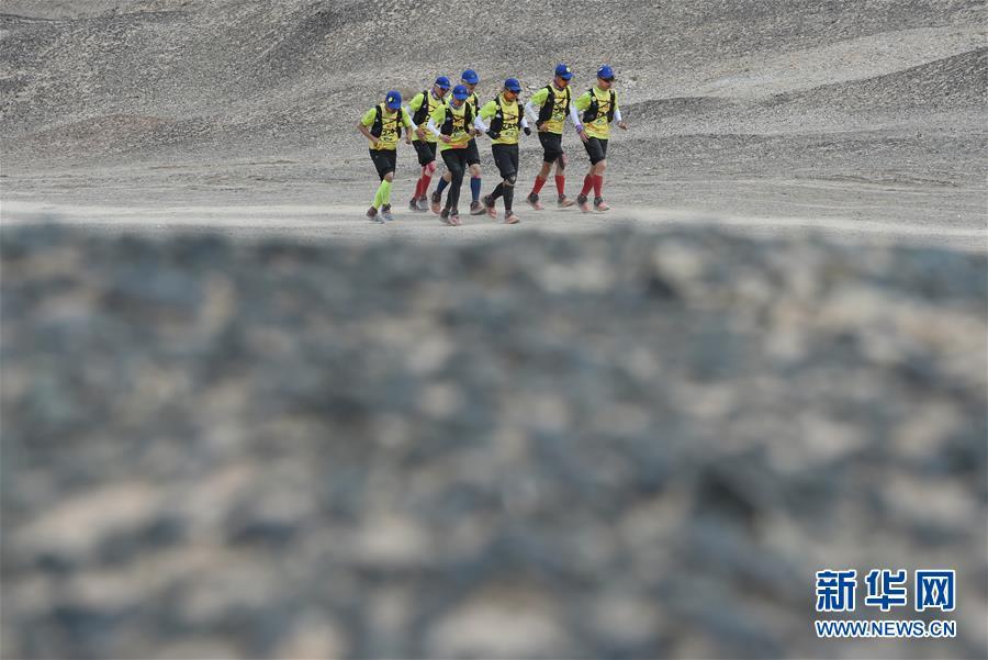 (体育)(8)戈壁挑战赛:大风中前行