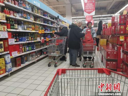 资料图:北京一家超市里的白酒区。 谢艺观摄