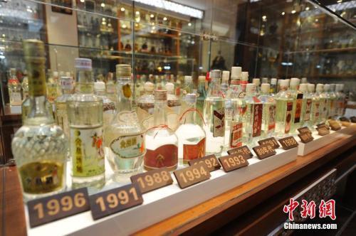 资料图:各年代的酒品。 张瑶摄