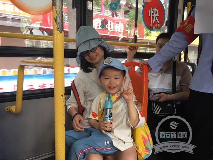 """暖""""心""""闻:600路公交车司机自费买礼物送小朋友"""