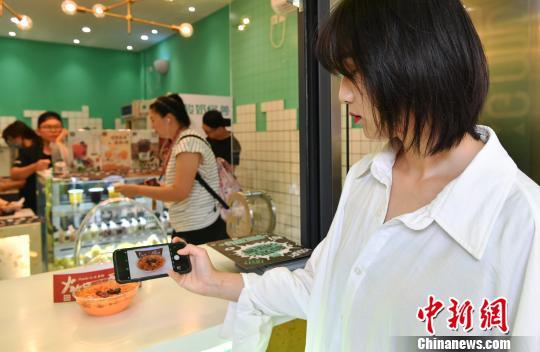 美食爱好者关注火锅酸奶。 安源摄