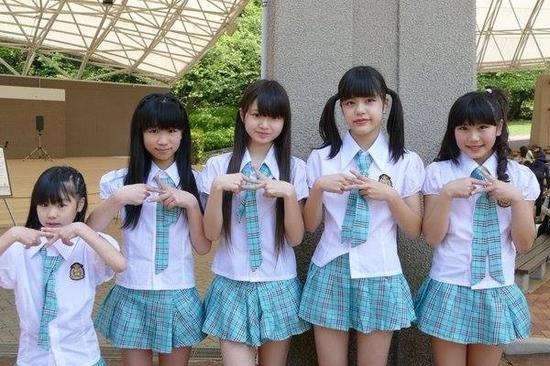 比基尼+腹肌+长腿!日本12岁小学生女团走红 [有看点]