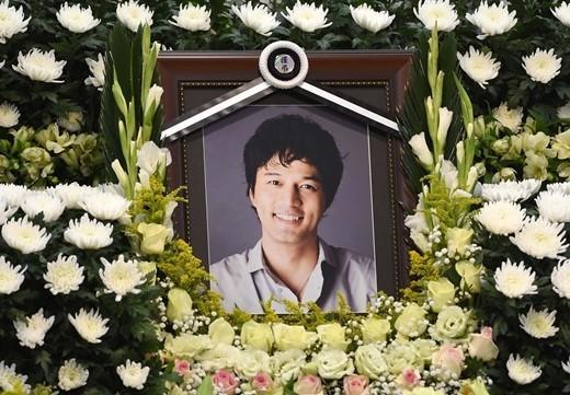 【有意思】《人鱼小姐》金成民出殡灵堂成泪海 张瑞希现身悼念