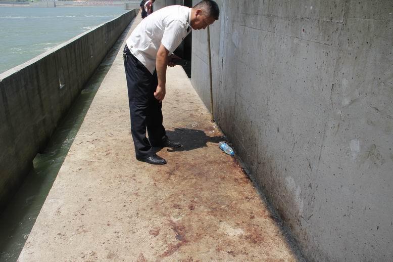 调整大小图2  非法哄抢者在泄水渠上留下大摊血迹