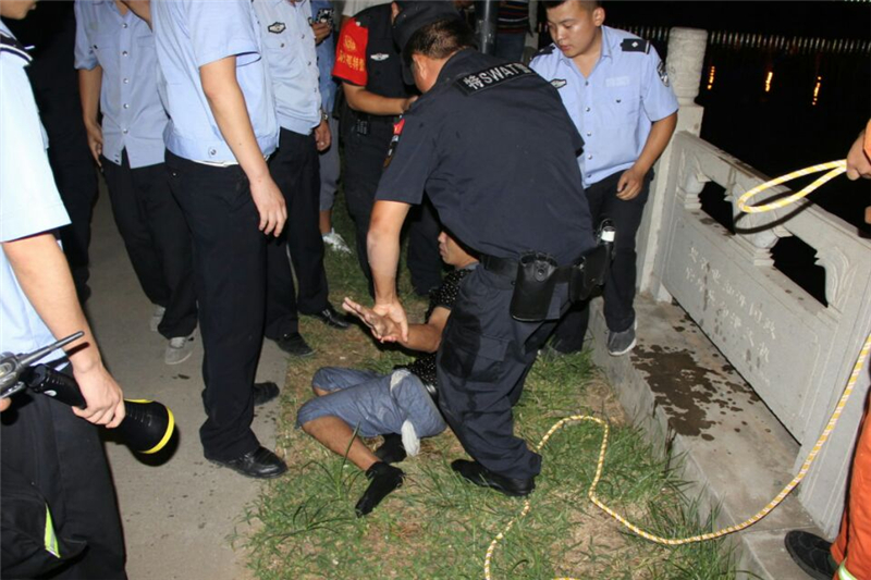 小偷逃跑跳江游30分钟精疲力尽 拽警方绳子上岸(图)
