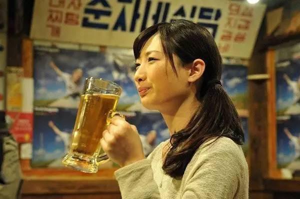 女喝酒风景图片