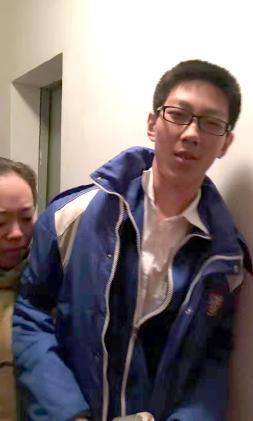 淡定!初三学生被困电梯5小时 边写作业边求救(图)