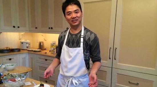 刘强东自称大厨直播做饭款待