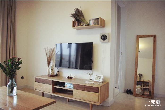 搁板在墙面做嵌入式设计,材质和吊顶的木梁相近,增加空间的整体感.