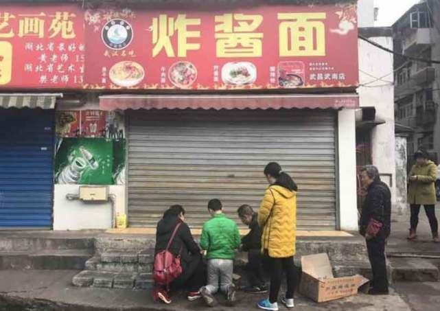 武昌面馆老板遭食客当街砍头:因1元差价起争执