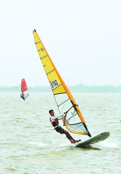 巢湖岸边齐聚帆船帆板精英