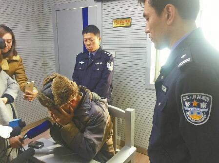 """济南摩拜单车遭""""叠罗汉"""" 破坏者被拘留系一摆摊人所为"""
