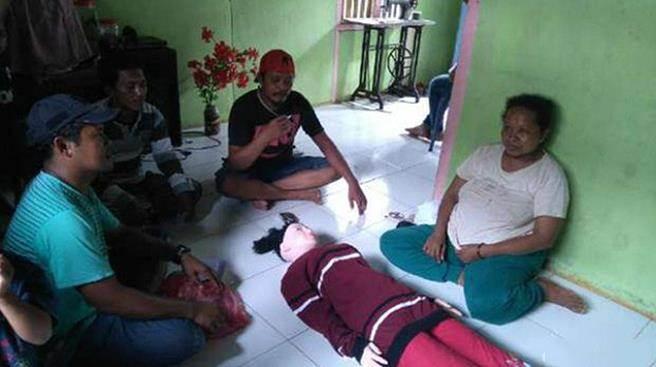 """印尼渔民捡充气娃娃误认""""天使"""" 每天换装供奉(图)"""