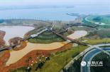 对于居民来说,满足生活上的便利只是一个城市发展的基础要求。绿色生态宜居,才是生活质量上的体现。在这一点上,比邻赣江的红谷滩新区有着得天独厚的优势。作为红谷滩新区重点打造的生态项目,赣江市民公园北起英雄大桥南至生米大桥,整个赣江市民蜿蜒于红谷滩新区滨江沿岸。使得众多像文师傅一样的居民们,下楼步行十几分钟就充分享受大自然带来的美景。