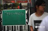 中考前一天,南昌京东学校考点,包括玉兔实验学校在内的众多考生,准备进入学校看考场。