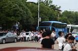 考场外,停满了许多学校包下的大巴,车上载着来看考场的学生和家长。而月兔学校的孩子们,只能自己走路或坐公交来看考场。