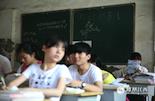 教室黑板上写着中考倒计时字样,提醒着这些孩子还有3天,就将迎来自己生命当中的第一次转折点。而在几年前,跟随进城务工的父母来到南昌的他们,不少人是第一次走进大城市。