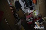 李淑萍和妹妹李文娟住在一个房间,姐妹俩的房间里到处都堆满了各种书籍。相比起其他女孩,她们连自己的衣柜都没有,两姐妹挤在一张床上睡觉。