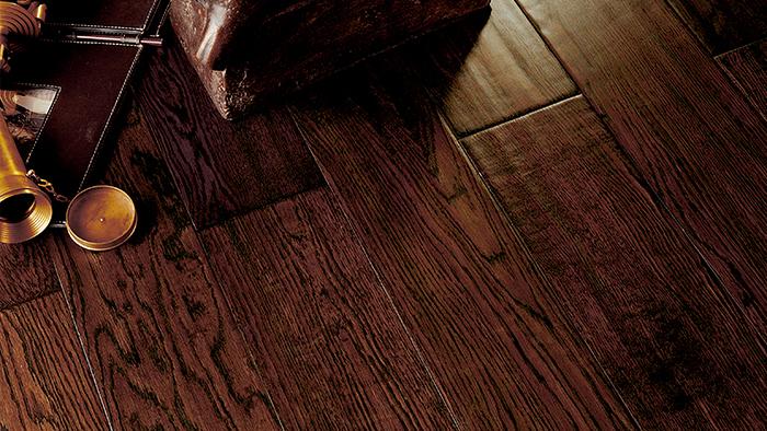 地板的生产对木皮的尺寸、色泽、等级、含水率等都有严苛的要求,为此,生活家有这样一批工人在木皮刚刚由供应商运到工厂后就会逐片挑选各种尺寸的原材料。这些工人靠眼睛和手感区分每块木皮的品质,甚至必须区分木皮两面木质的松紧度。这是任何机器也达不到的细致要求。这里,工龄最久的片检员已经在灯管下站了十余年,他们一人一天可以分拣1千多平方米的薄木皮或5、6百方的厚木皮。 仿古地板是生活家的专利产品,每一块地板上的仿古纹路都是由手作工人手刮完成。早期生活家仿古地板的刀路只有两条槽和三条槽两种,逐渐发展到现在已经有上百种刀