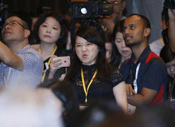 """图为发言不断惹议、曾大闹新加坡""""习马会""""台方记者会的""""名嘴""""周玉蔻。(图片取自网络)"""