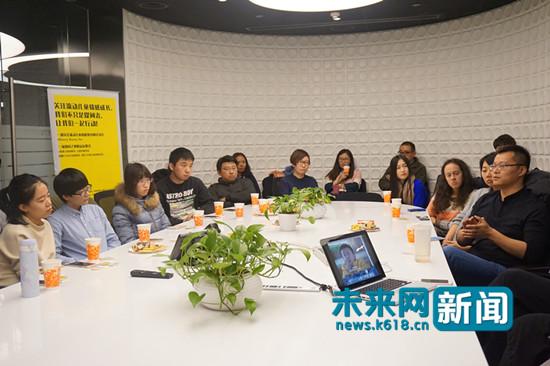 图为中国传媒大学新闻传播部副教授周逵分享观影感受。