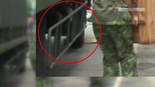因未加装防卷入装置栏杆,依照交通规不许上路!(台媒图)
