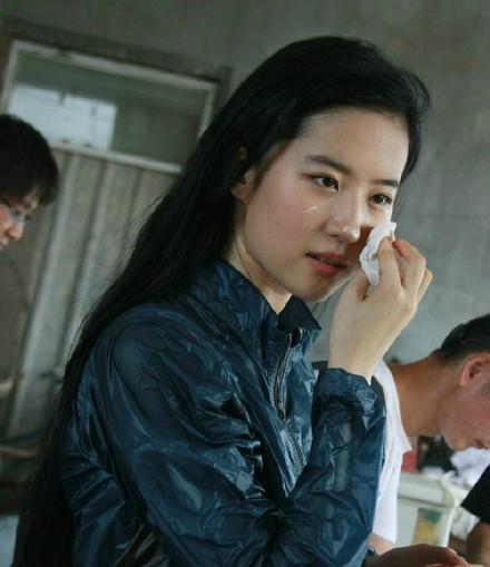 刘亦菲素颜庆生照曝光 脸上糊奶油表情可爱