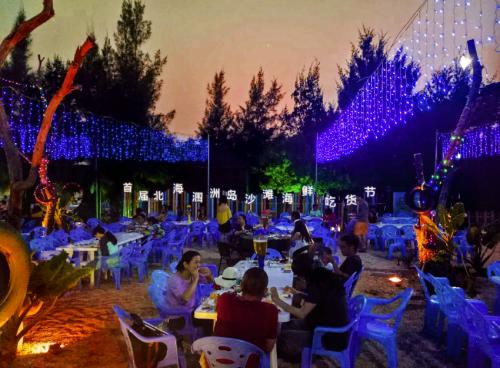 当晚涠洲岛石螺口沙滩人气爆棚,艺术酒吧门口排起了长龙,游客纷纷表示