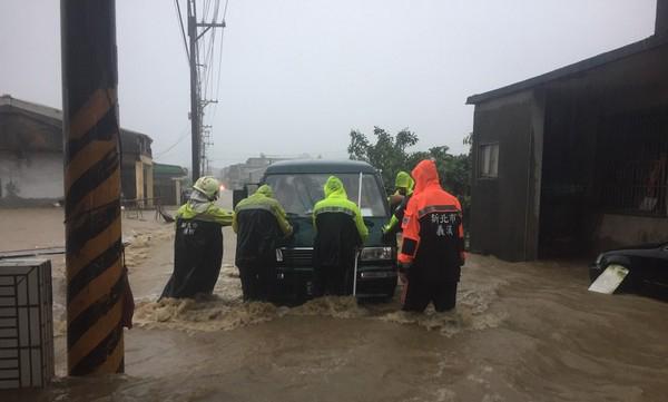金山三界坛淹水。(图片取自台湾东森新闻云)