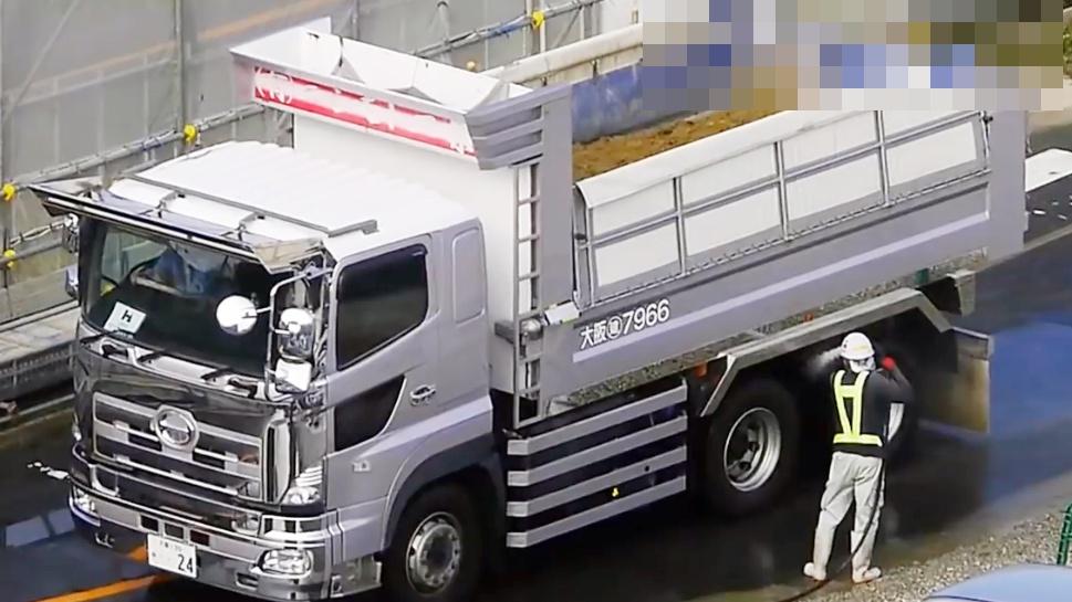 实拍日本工地渣土车清洗车轮驶离工地