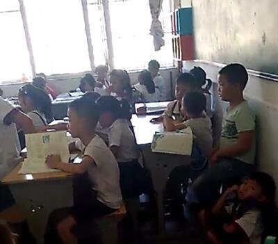 陕西小学一个班挤进70人 有学生蹲墙脚上课