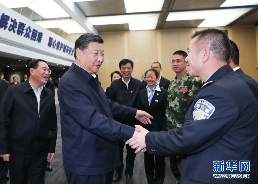 這是習近平在浦東新區城市運行綜合管理中心同工作人員親切握手。 新華社記者謝環馳攝