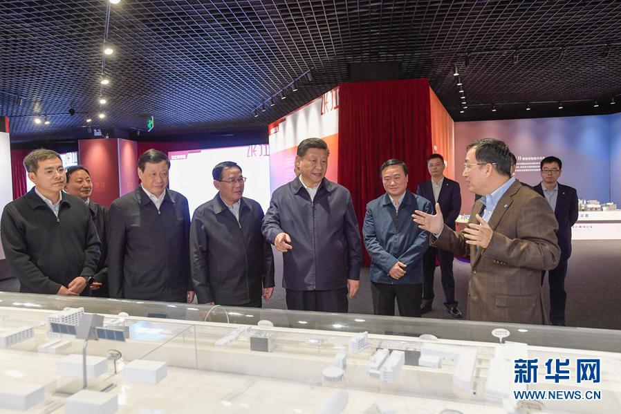 11月6日,中共中央總書記、國家主席、中央軍委主席習近平在上海考察。這是習近平在張江科學城展示廳考察。 新華社記者李學仁攝