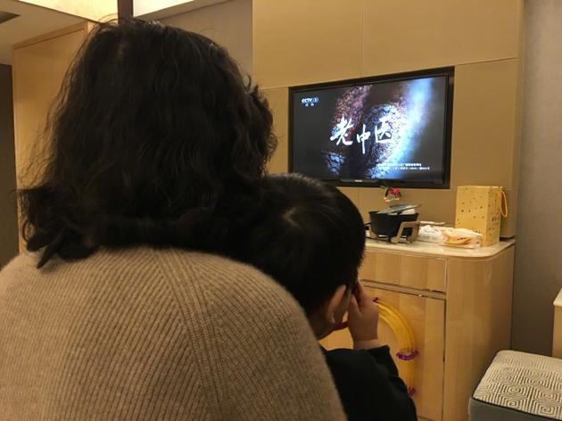 小星星在奶奶怀中看电视