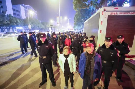 50人涉卖淫嫖娼被500警力连夜抓获现场画面流出