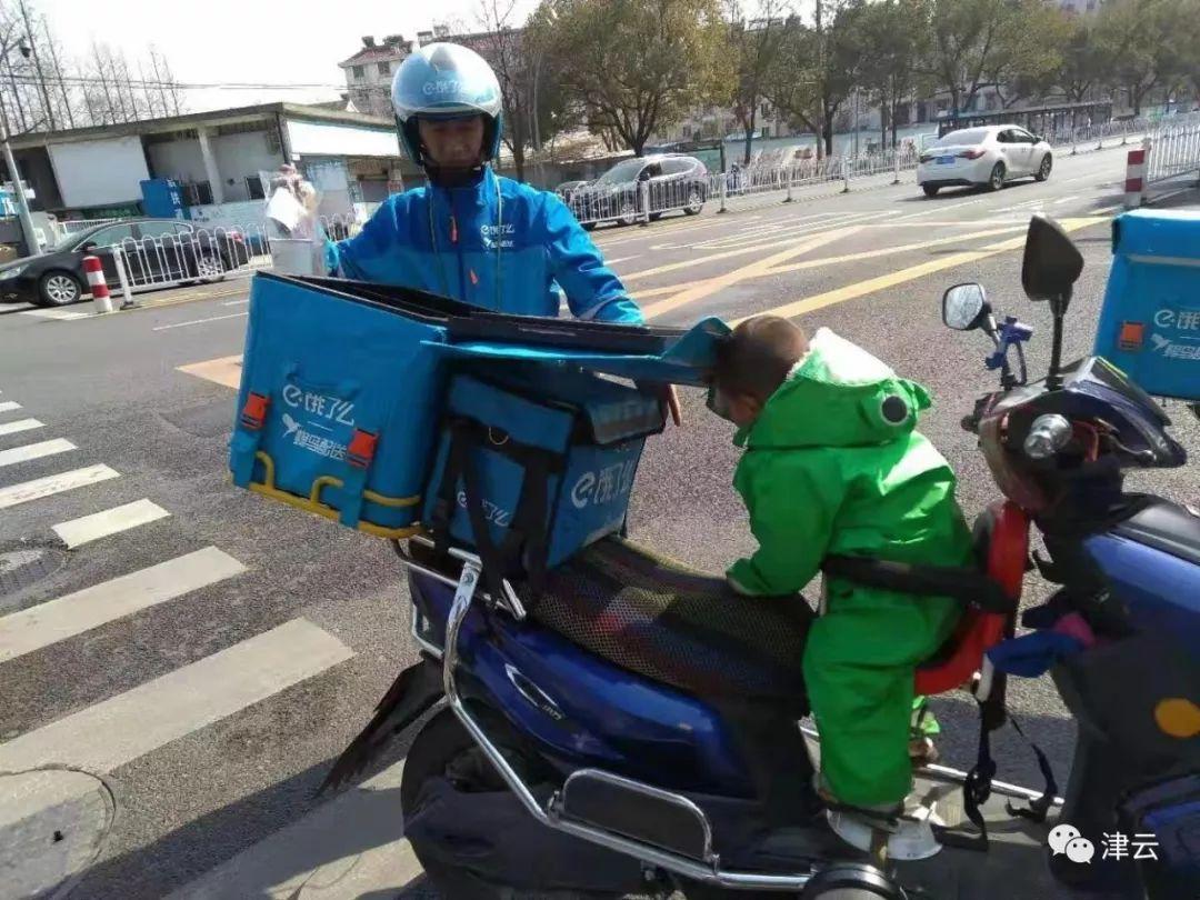 残疾爸爸带3岁女儿送外卖 睡前一起看《小猪佩奇》