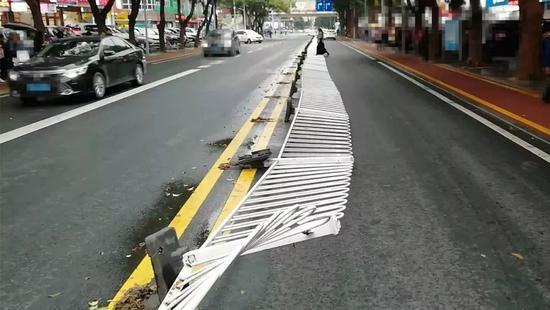 广东一男子跨栏横穿马路 接下来的一幕堪称史诗级尴尬