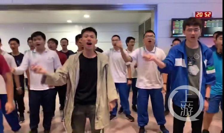 航班因雷雨天气延误 37名中学生合唱安抚乘客