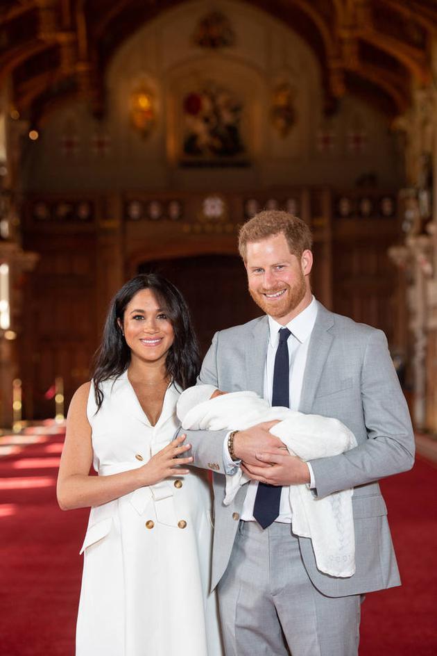 公開亮相!梅根和哈里王子分享寶寶的第一張照片