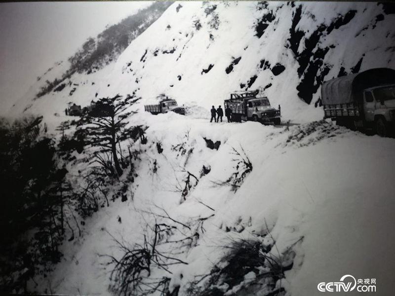 汽车运输队艰难通过二郎山路段。(翻拍于川藏公路纪念馆)