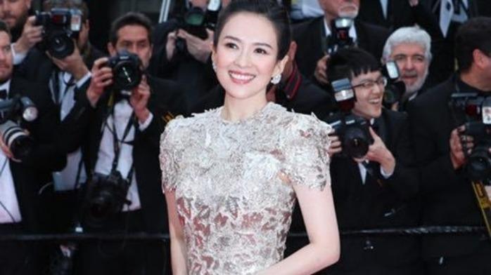 戛纳《美好年代》首映红毯 章子怡穿人鱼裙优雅大气