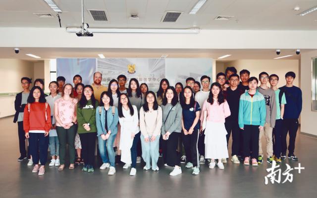 醫工系師生于醫學院教學中心模擬教學中心合影。