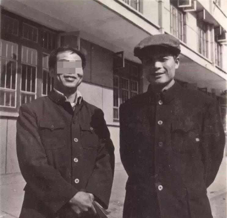 邓世平(图右) 图源网络